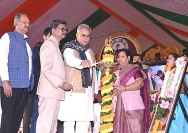 रायपुर : राज्य स्तरीय युवा महोत्सव में मुख्यमंत्री बोले – 'खेलबो-जीतबो-गढ़वो नवा छत्तीसगढ़', गेड़ी चढ़े, रस्साकशी करी, NDTV के कार्यक्रम में भौंरा भी चलाया
