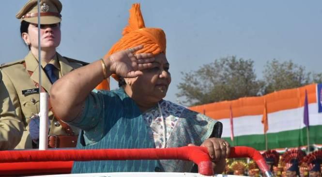 राज्यपाल अनुसुईया उइके ने आज गणतंत्र दिवस के अवसर पर राजधानी रायपुर के पुलिस परेड ग्राउंड में आयोजित मुख्य समारोह में ध्वजारोहण कर परेड की सलामी ली