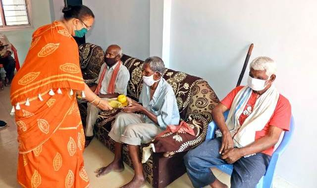 anila-bhediya-visits-old-age-home-raipur-9-april