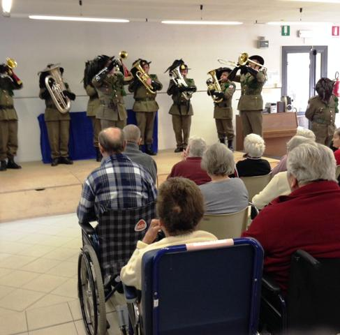 La Fanfara dei Bersaglieri in visita agli anziani della Giglioli sorrisi e grazie di cuore per