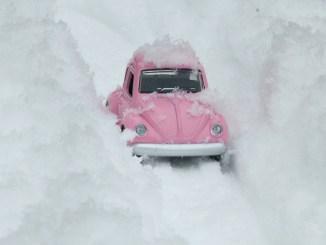 Mașină în zăpadă. FOTO isakarakus