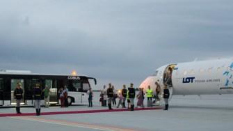 Primii turiști estonieni s-au bucurat și ei de primirea făcută de garda de onoare. FOTO Cătălin SCHIPOR