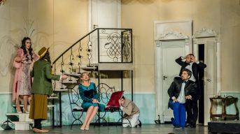 """Scenă din spectacolul """"""""Puricele în ureche"""". FOTO Teatrul Elisabeta"""