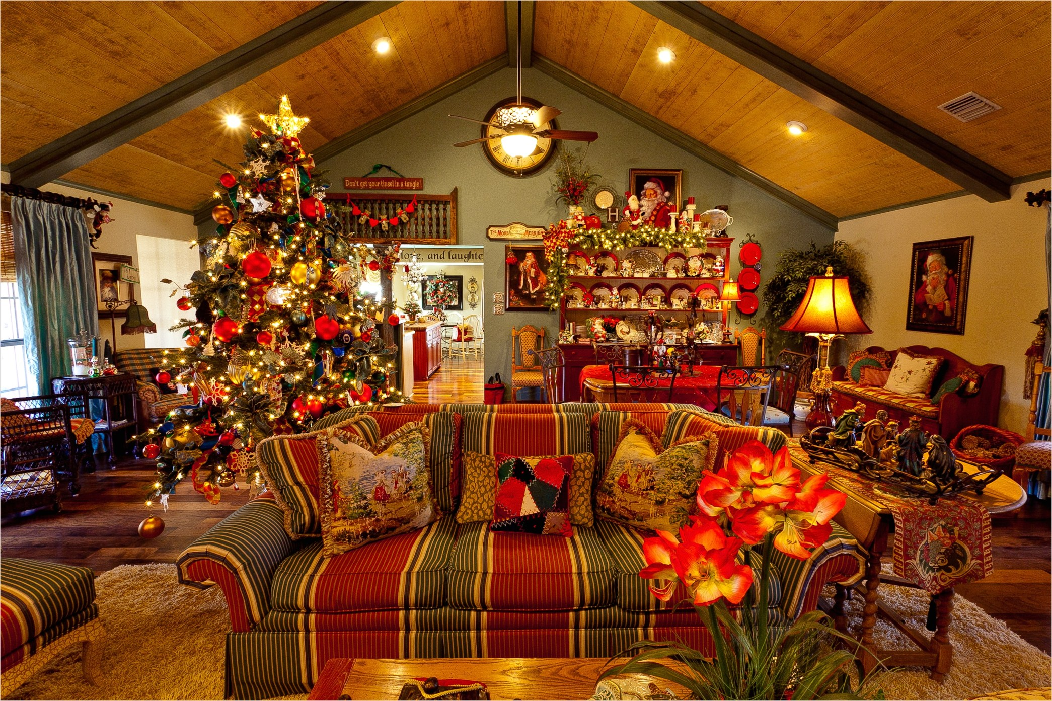 41 Amazing Country Christmas Decorating Ideas 41 Show Me A Country French Home Dressed for Christmas 7