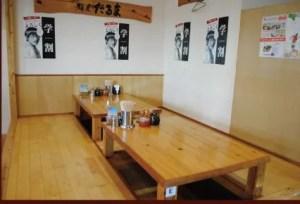麵屋だるま家のテーブル席