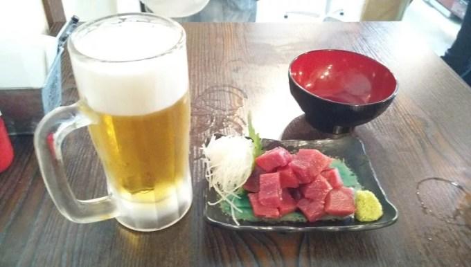ビールとおススメのマグロのぶつ切り刺身
