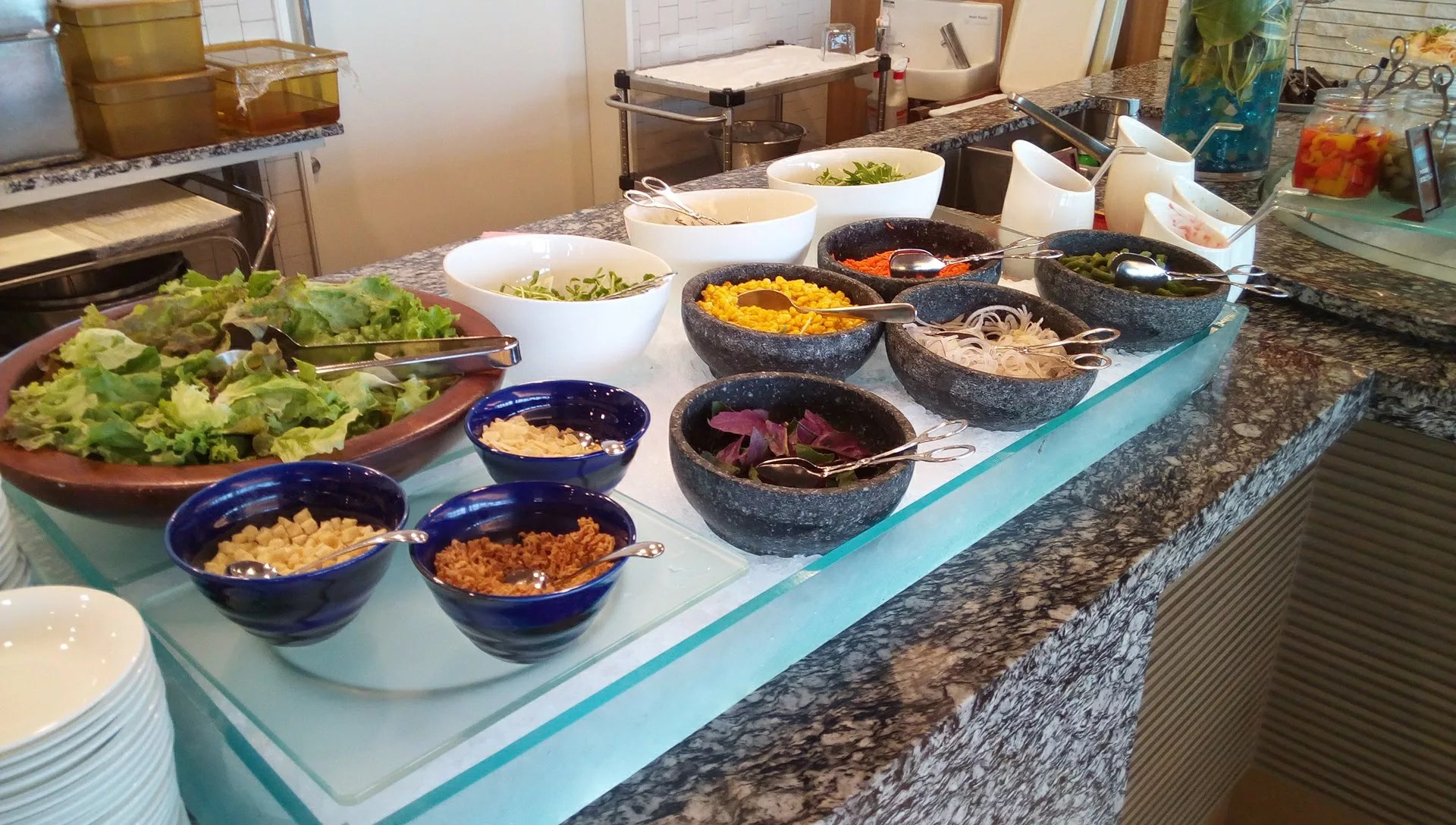 SURIYUNでの食べ放題のサラダ