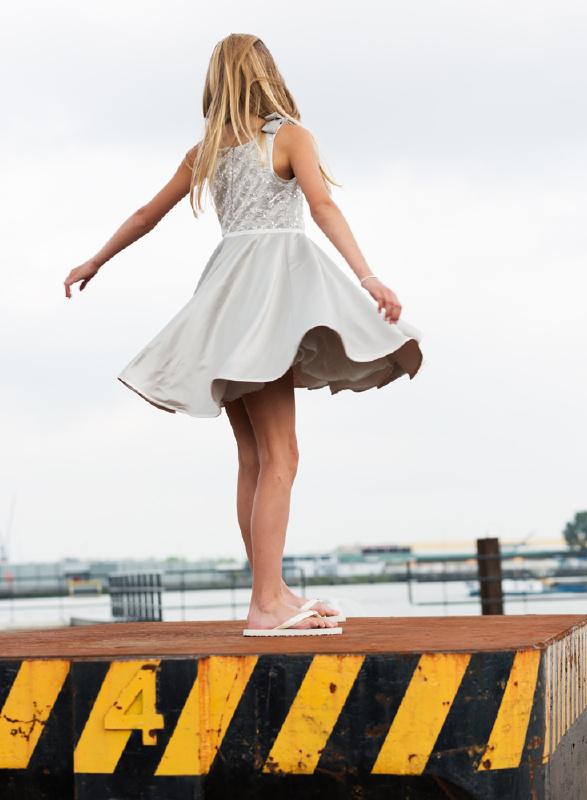 39c8373f3b1f70 Een prachtige jurk met strikken op de schouder. Het lijfje van de jurk is  versierd is subtiel versierd met kraaltjes en pailletten.