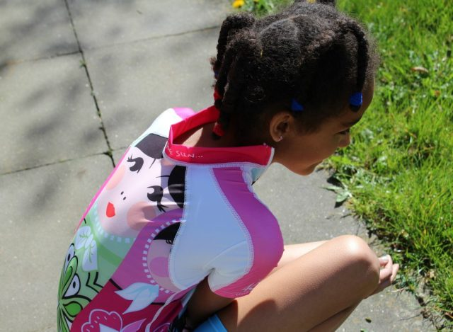 UV-werende kleding of zonnebrandmelk-tips-GoodGirlsCompany-je kind tegen de son beschermen