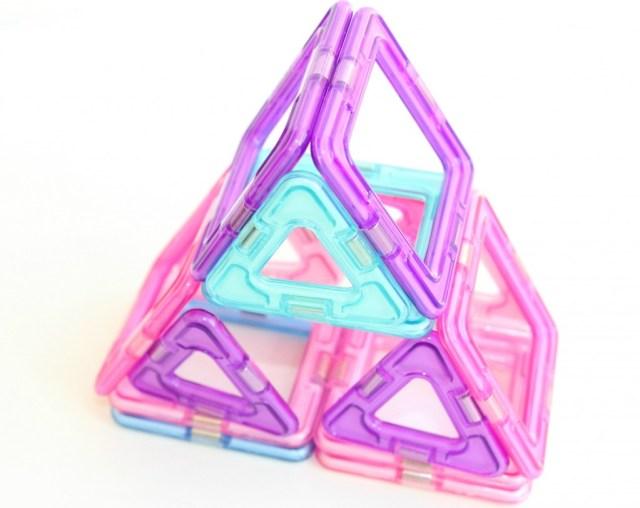 piramide-GoodGirlsCompany-meisjes spelen met Magformers