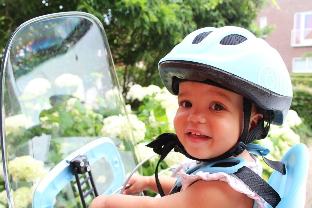 Handige babyspullen: een fietshelm voor je baby?