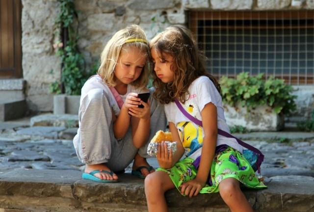 Mijn-dochter-is-de-enige-in-haar-klas-zonder-smartphone-GoodGirlsCompany