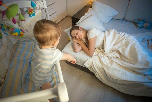 Mama-is-moe-moeders-minder-slaap-dan-vader-slaaptekort-nieuwe-moeder-GoodGirlsCompany