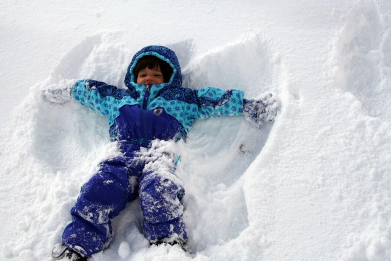 winter-spelletjes-sneeuw-sneeuw-engel-maken-themillennialmom