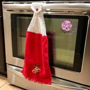 Make a Loom Knit Towel Topper with this free pattern and video from GoodKnit Kisses. http://www.goodknitkisses.com/loom-knit-towel-topper/ #goodknitkisses #knitgift #loomknit #loomknitting #loom