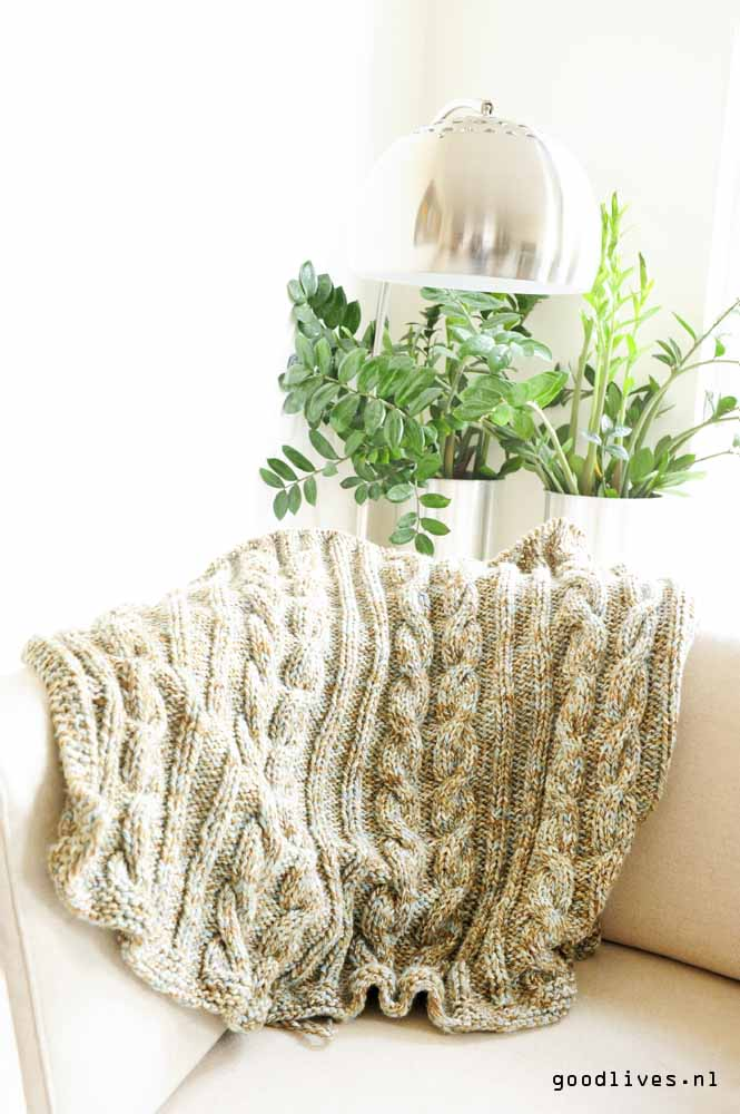 knitted plaid with cable on the couch on Goodlives.nl