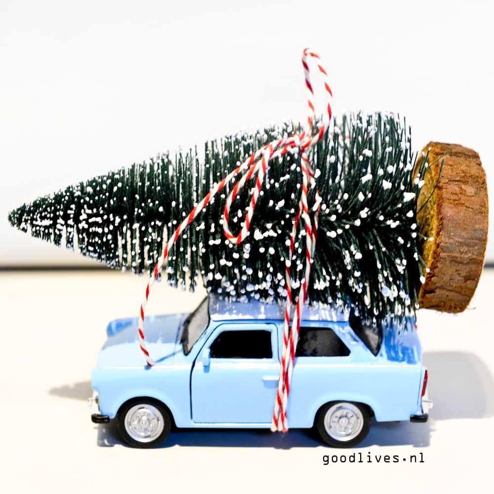 DIY autootje met kerstboom op dak