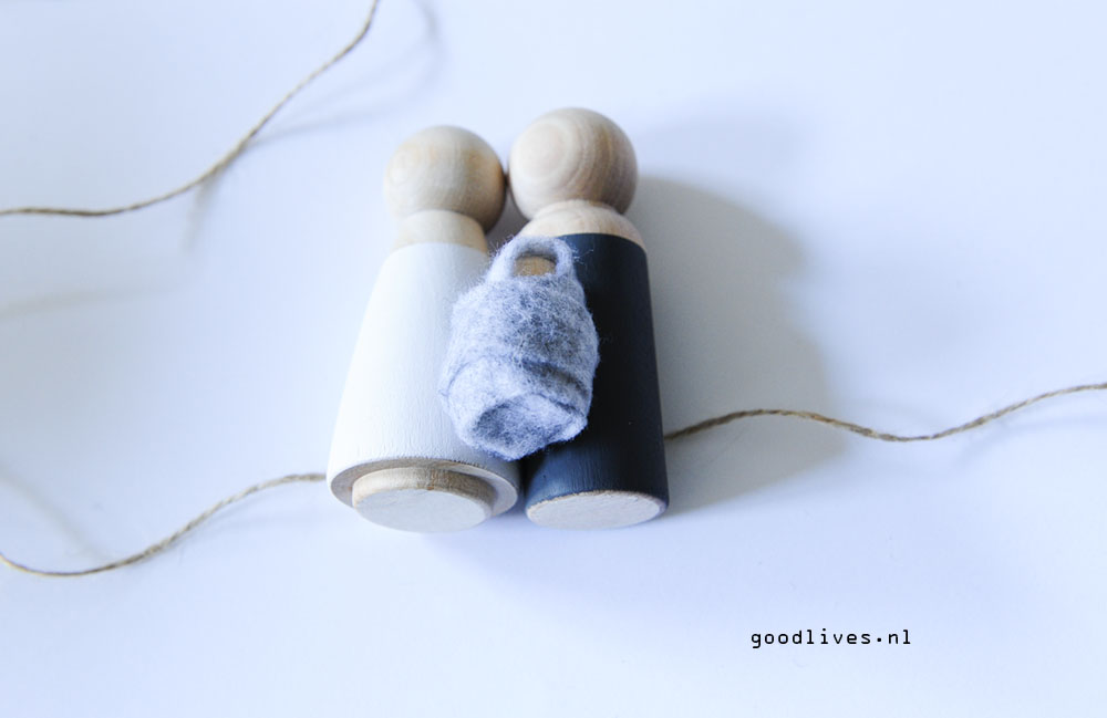 Wooden dolls on the rope - DIY Christmas crip