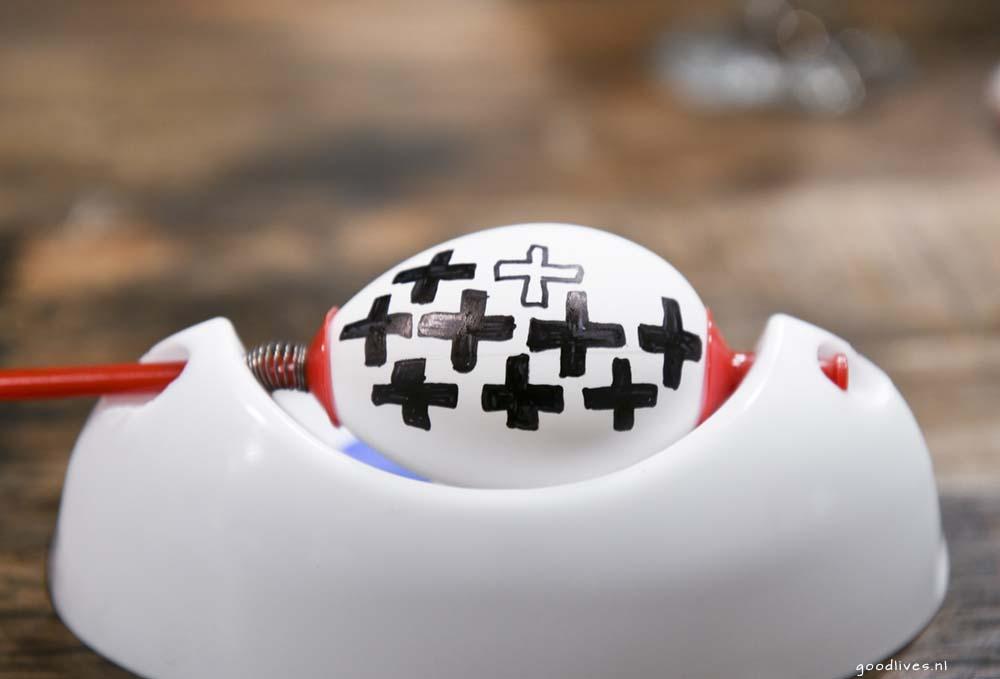 Crosses on Egg in zwart wit, pasen 2018 Goodlives.nl