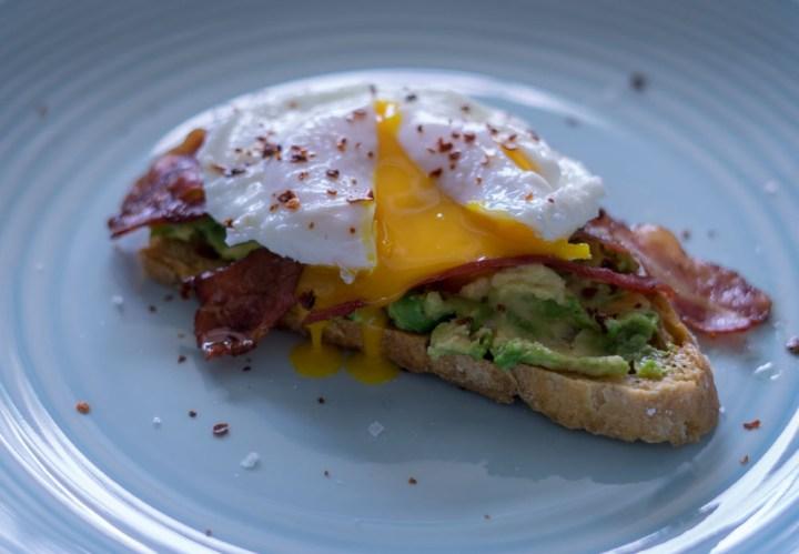 posjert egg med bacon og avokado