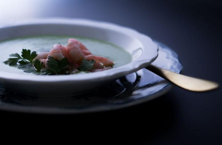grønn ertesuppe med avokado