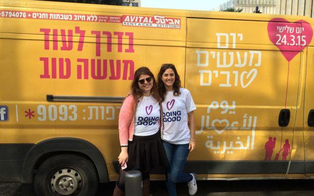 Les bénévoles posent à côté des bonnes actions Truck Day à Tel Aviv, Israël