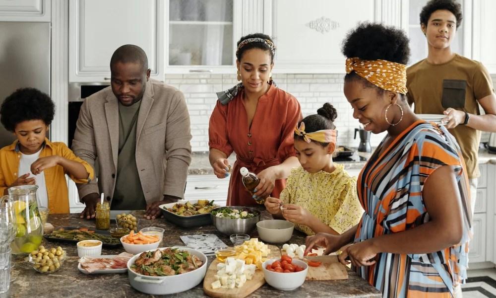 Image d'une famille cuisinant ensemble