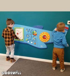 Nieuw wandspeelbord wordt getest door 2 kinderen_Goodwill.nl