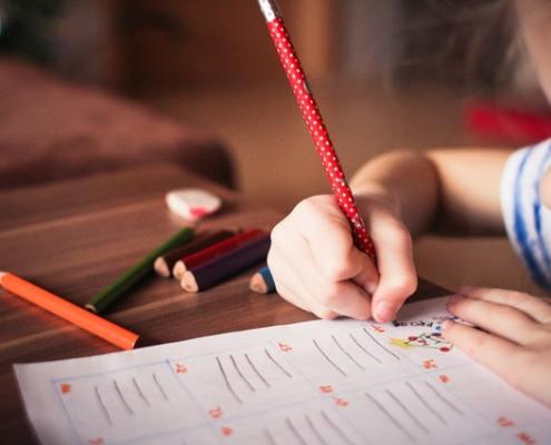 ödev yapan çocuk