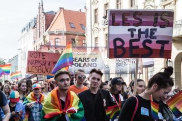 Во Вроцлаве избили участников после гей-парада. Они шли с флагами и надувными единорогами