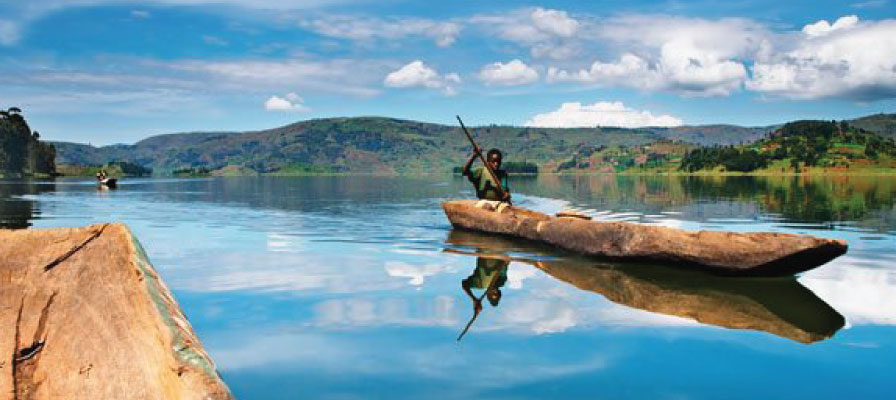 canoe in Lake Bunyonyi on a Uganda Gorillas & Savannah Safari