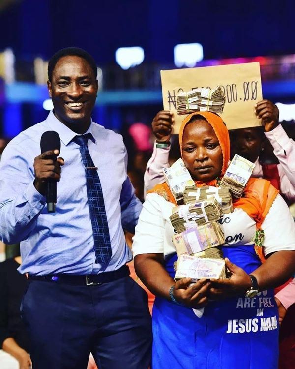 Prophet Jeremiah Omoto fufeyin blesses two retired prostitutes 3