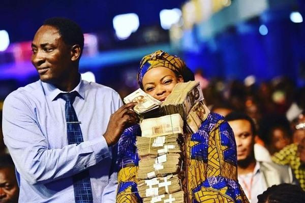 Prophet Jeremiah Omoto fufeyin blesses two retired prostitutes 4