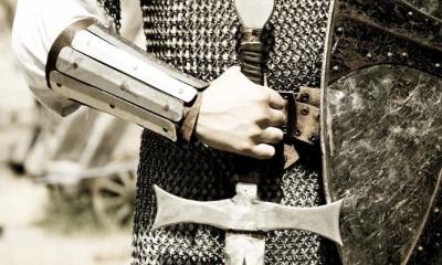 Soldado com espada e escudo
