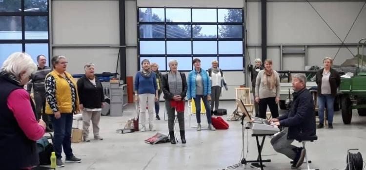 """Chor """"Gospeltrain"""" probt in Industriehalle"""