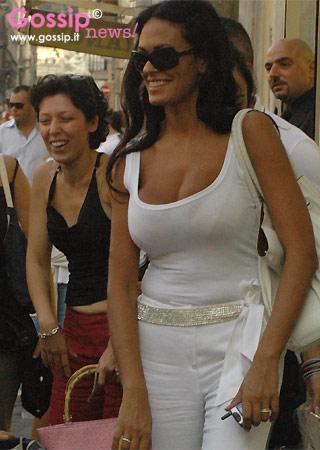 MariaGrazia Cucinotta e lo shopping  Foto e Gossip by