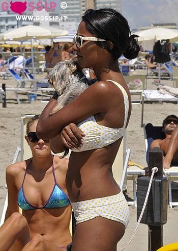 Juliana Moreira sexy in bikini a Milano Marittima scende