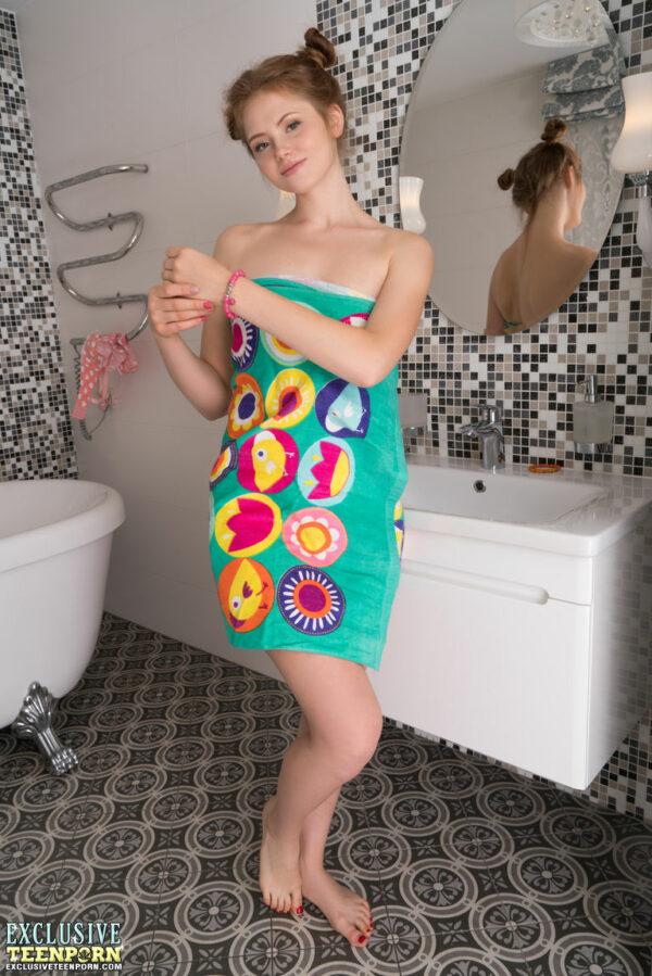 Novinha dos Peitos Grandes Pelada no Banheiro