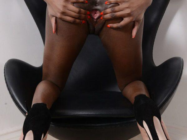 Negra bucetuda pelada