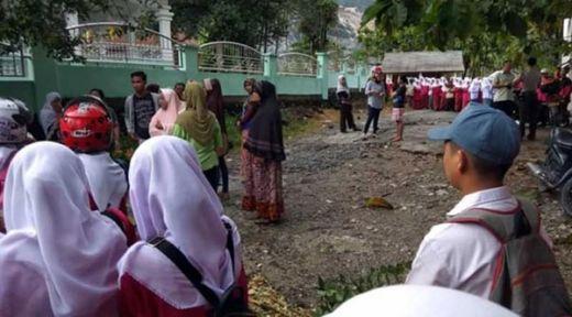 Anak Tak Diterima, Orantua Murid Blokir Akses Jalan SMAN 14 Padang
