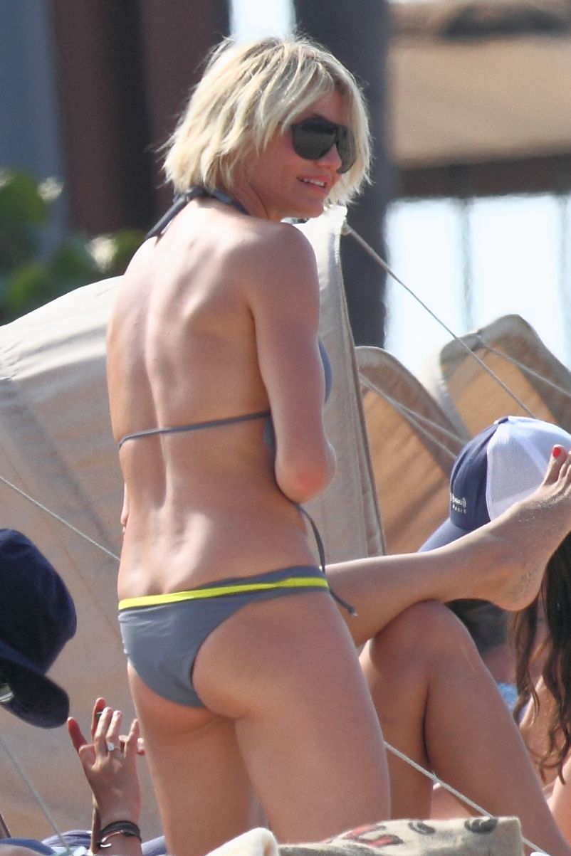 Cameron Diaz  wearing a bikini on a beach in Hawaii02  GotCeleb