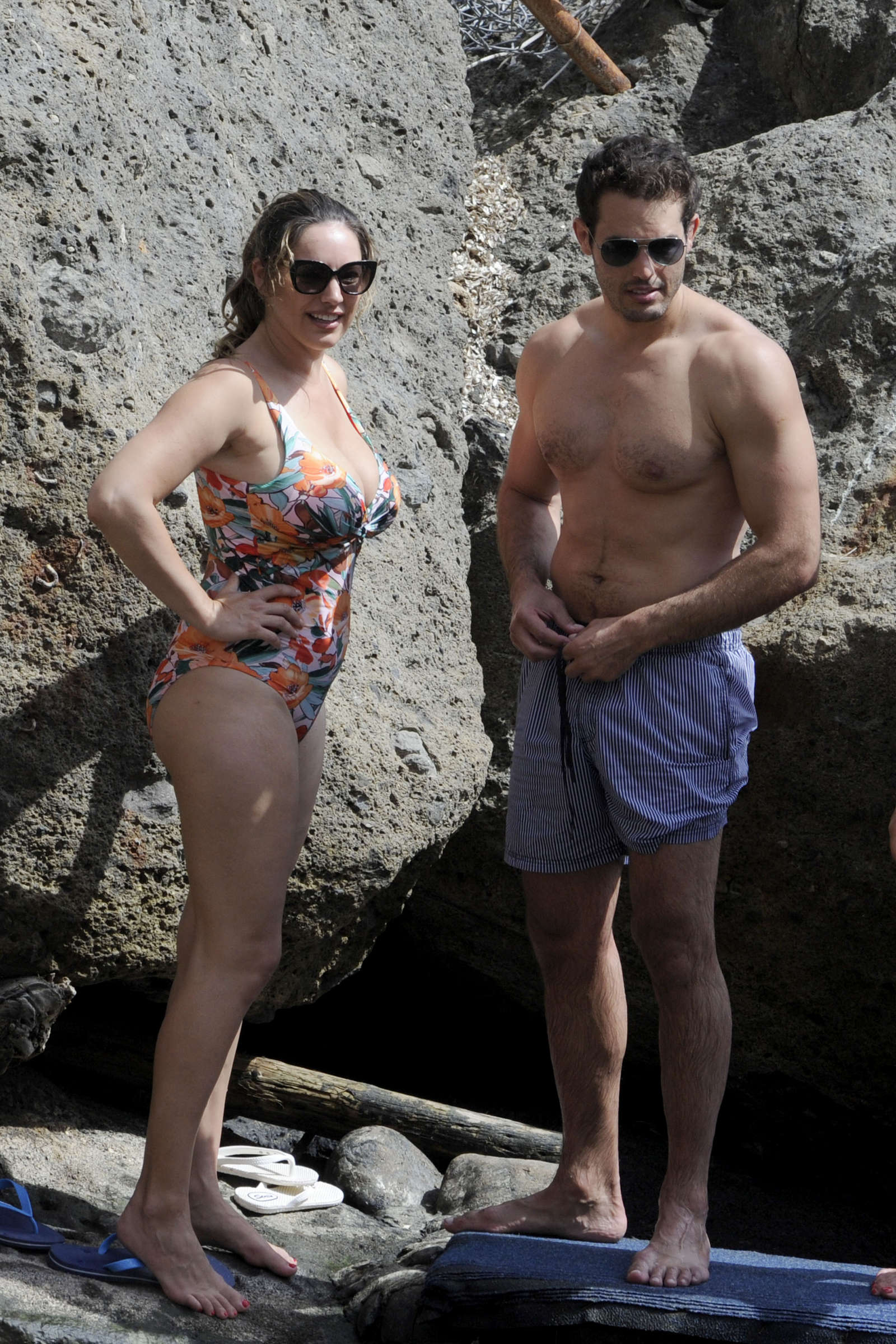 كيلي بروك تستمتع بيوم مشمس بمايوه مزين بنقوش الورد في إسكيا، وهي جزيرة في إيطاليا مع جيريمي بارسي.