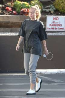Miley Cyrus In T-shirt And Sweatpants Los Angeles