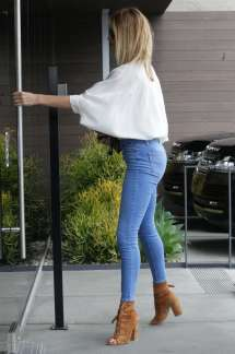 Rosie Huntington Whiteley In Jeans Office Building