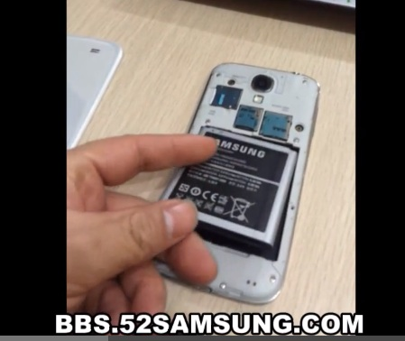 The alleged Samsung Galaxy S4 caught on video features a Micro SD card slot and a removable 2600 mAh battery.