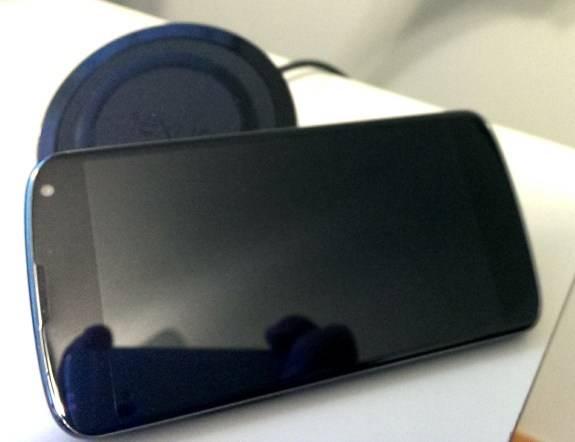 Some users report the Nexus 4 wireless charger does not keep the Nexus 4 in place.