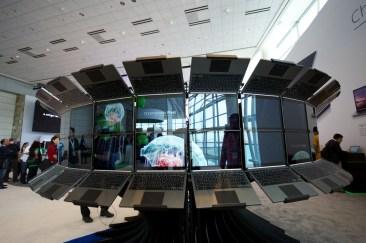 Dozens of Chromebook Pixels make a virtual jellyfish tank
