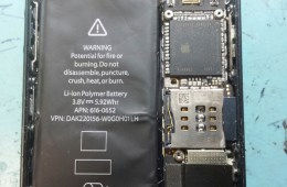 An alleged iPhone 5S photo shows a larger battery that packs more power.