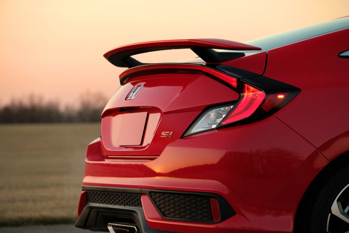 The prominent 2017 Honda Civic Si spoiler.