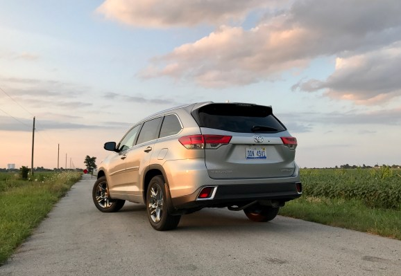 2017 Toyota Highlander Review - 24